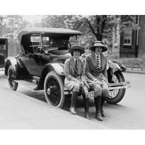 1922 photo Miss Hazel Jones & Miss Marion Cameron: Home & Kitchen
